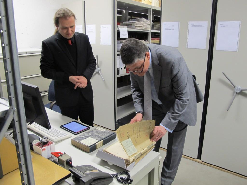 Der Verbandsgeschäftsführer des OSV Wolfgang Zender ist beeindruckt von handschriftlichen Akten aus der Gründungszeit.