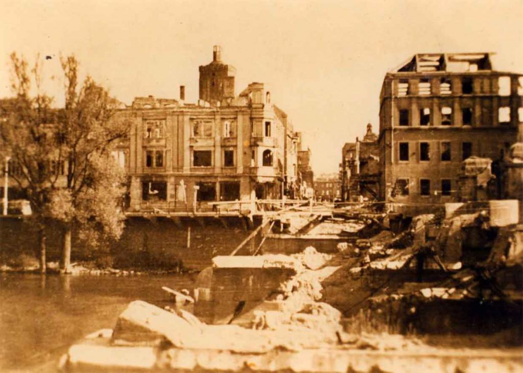 Foto zerstörte Neissebruecke Stadthaus 1945