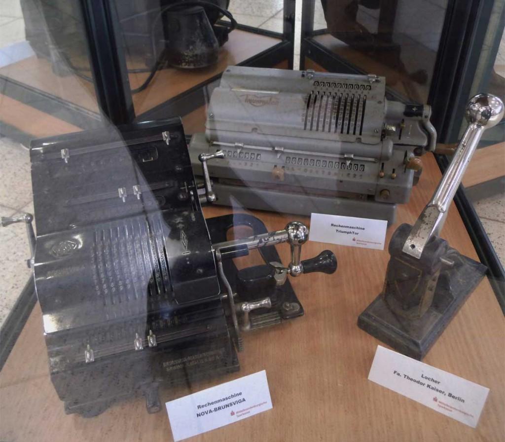 Maschinen in Vitrine