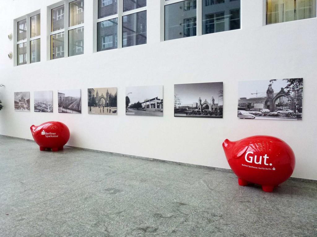 Im Foyer des Dienstleistungszentrums der Berliner Sparkasse in der Brunnenstraße erinnert eine Ausstellung mit Fotos und historischen Erläuterungen an die Geschichte dieses Geländes.
